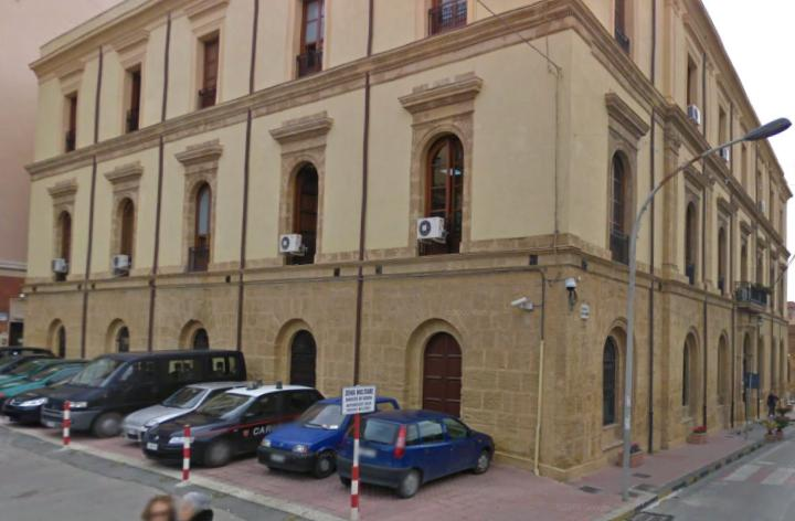 Spacciava sotto lo sguardo dei Carabinieri: arrestato gestore di un chiosco di piazza Vittorio Emanuele