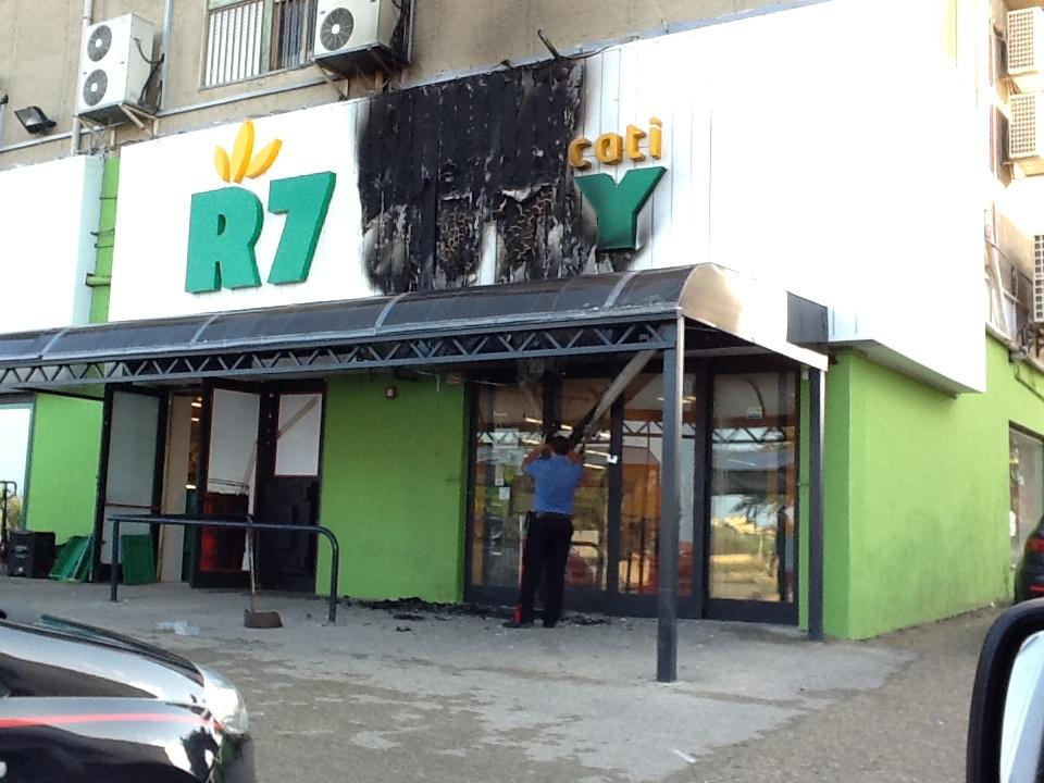 Fulmine colpisce supermercato, paura al Villaggio Mosè