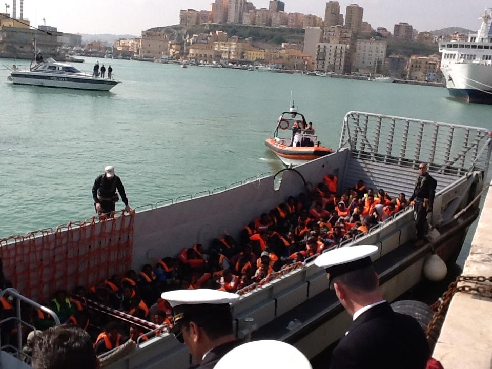 Porto Empedocle: sbarcati 447 migranti