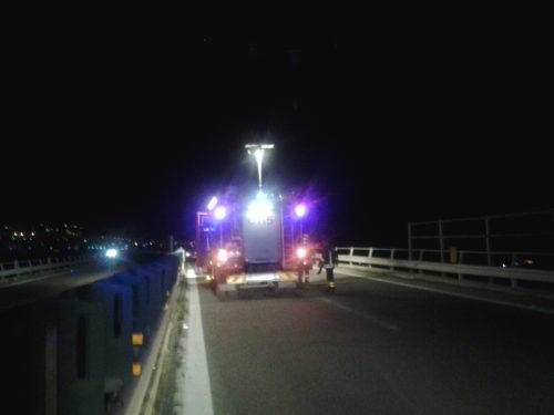 Incidente lungo il viadotto Morandi, tre giovani feriti
