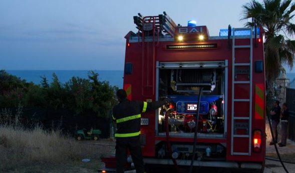Incendio lambisce attività di ristorazione a San Leone
