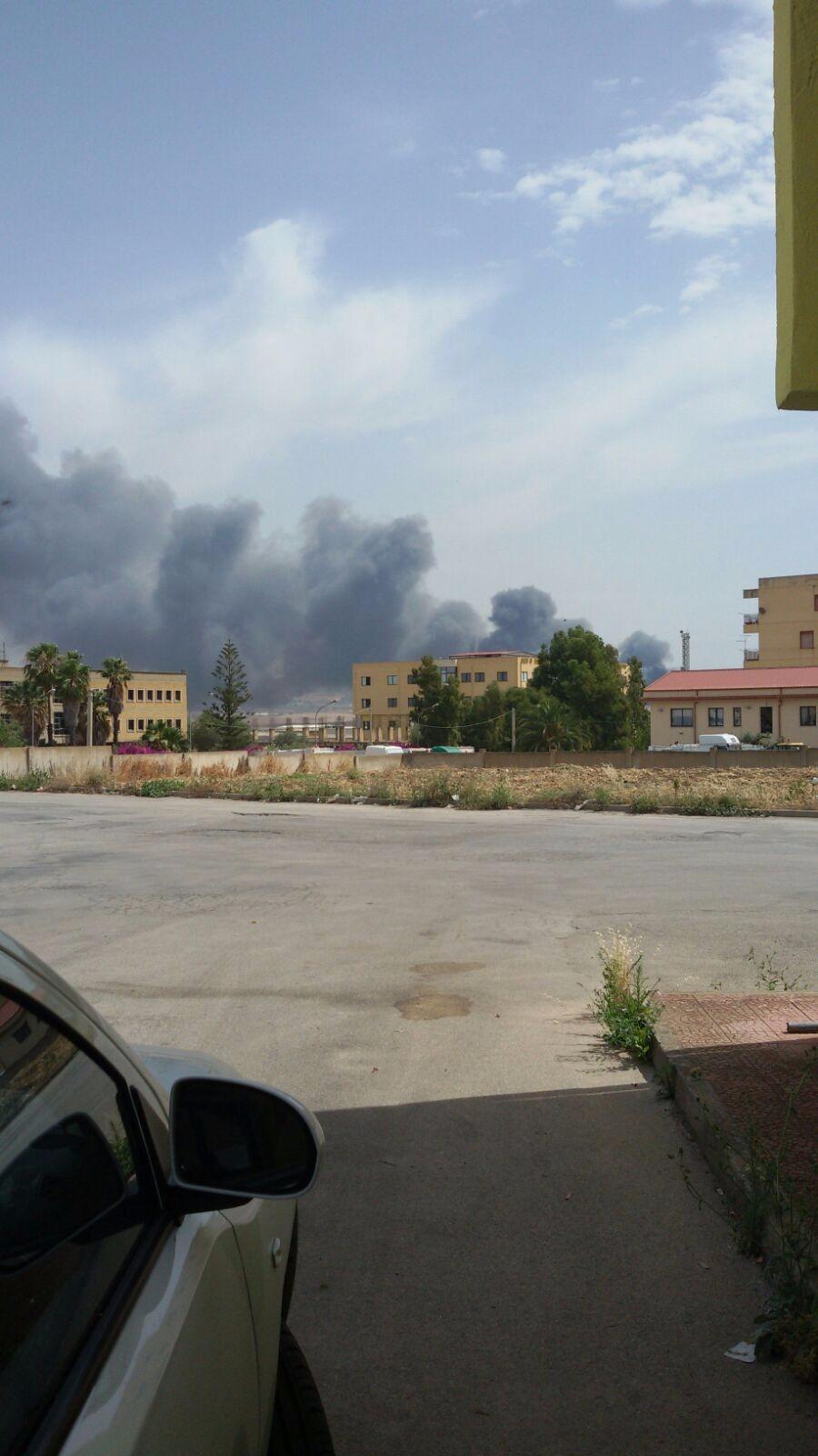 Favara: incendio in contrada Pioppo coinvolge anche centro di demolizione auto