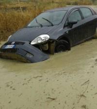 L'auto travolta dal fango sulla Lucca Sicula - Bivona. Fonte foto: canicattiweb.it