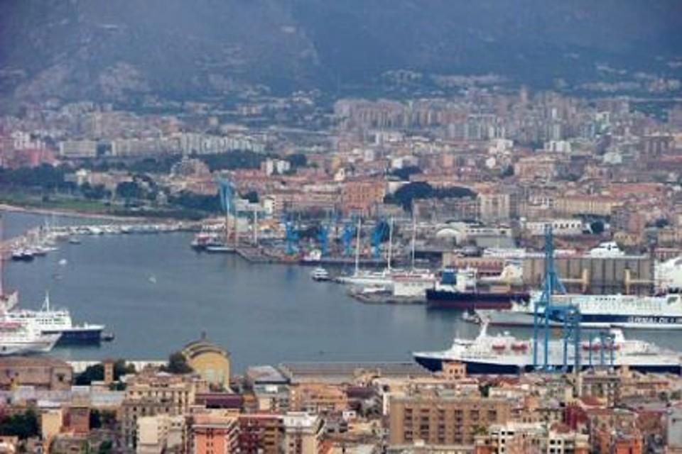 Traghetto in fiamme nel porto di Palermo