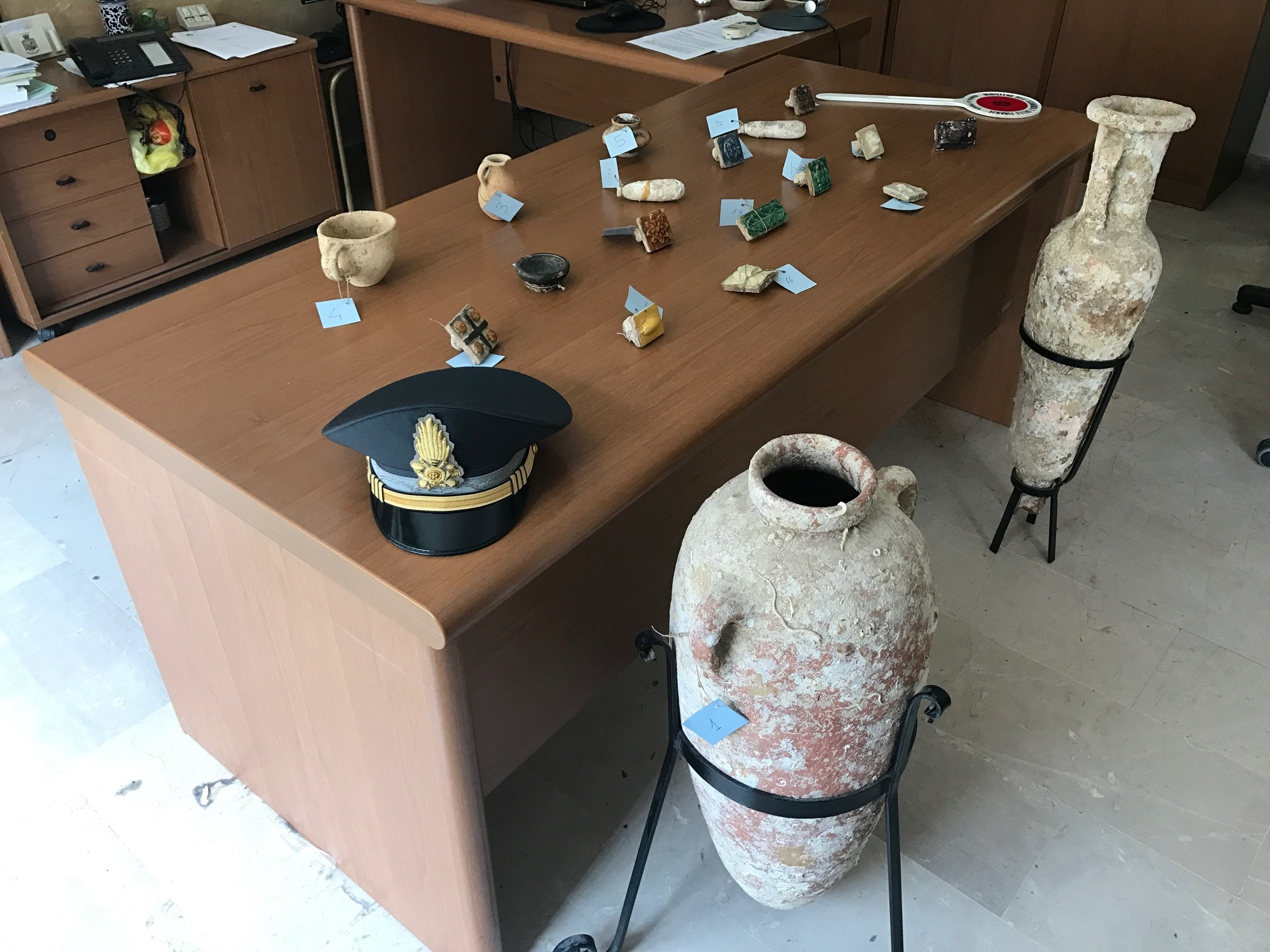 Sciacca: ritrovati dalle Fiamme Gialle diversi reperti archeologici dentro casa di un pensionato