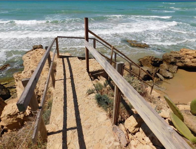 Opere abusive vicino le spiagge: scattano sigilli e denunce dopo operazione della Finanza