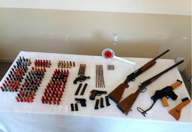 Armi e munizioni all'interno di un casolare: blitz dei Carabinieri, un arresto