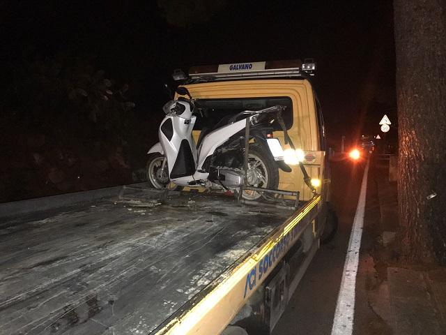 Perde il controllo della moto e cade: muore 17enne, grave una ragazza