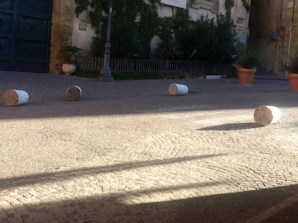 Nuovi 'raid vandalici' in città: presi di mira i dissuasori di piazza Pirandello