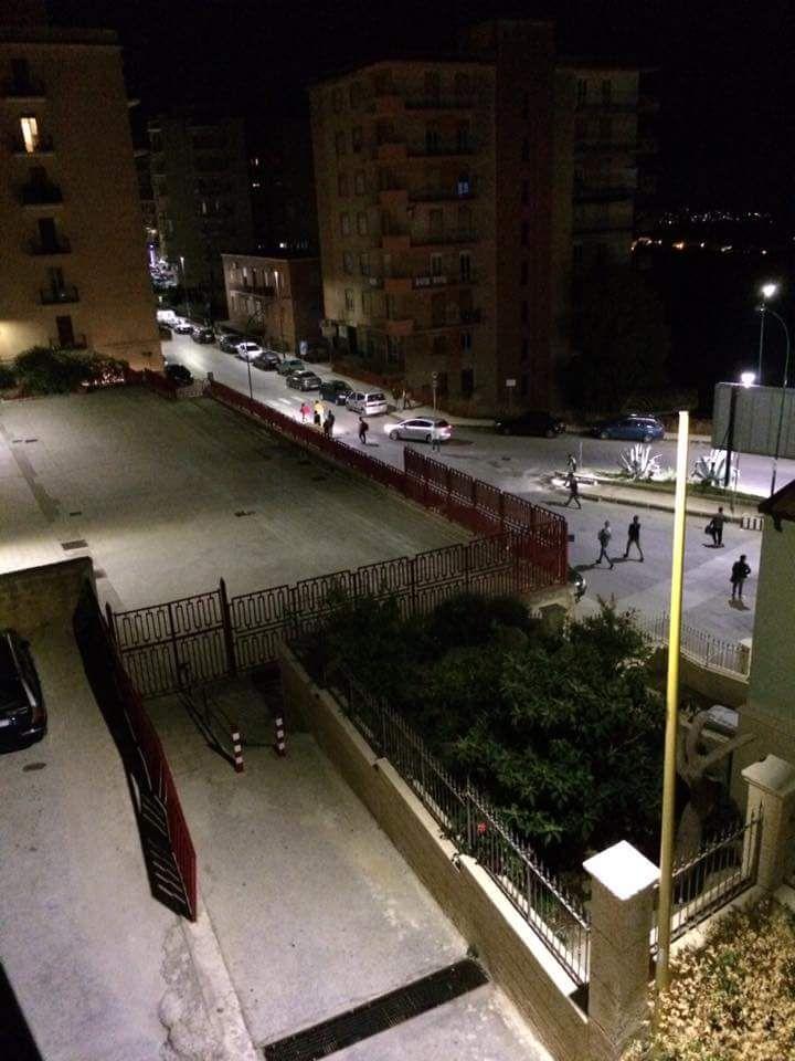 Migranti in pieno centro città nel cuore della notte: lungo presidio di Polizia e Carabinieri