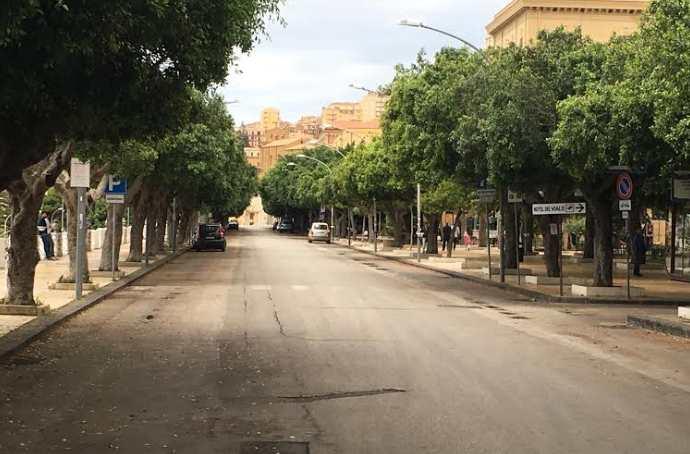 Viale della Vittoria, bottiglie nuovamente lanciate dal belvedere verso la via Crispi