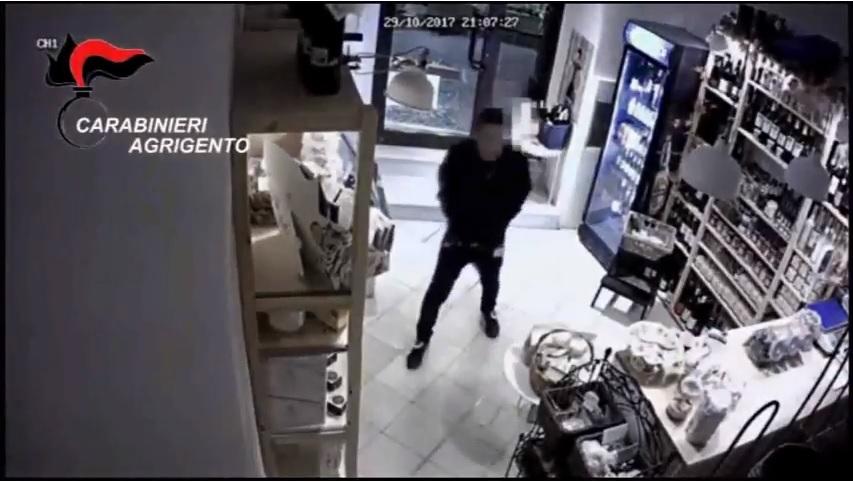 Via Atenea: tunisino tenta furto in un'enoteca, scatta l'arresto dei Carabinieri