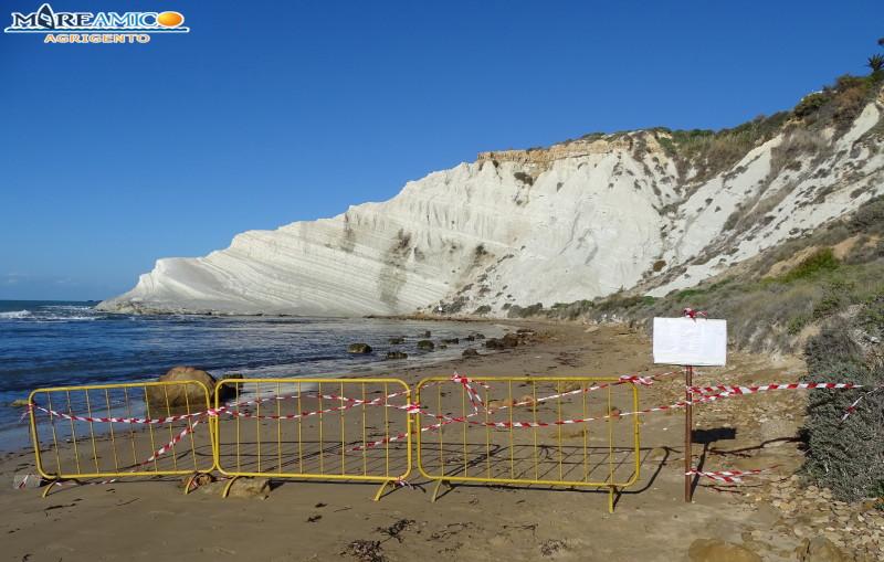 Massi si staccano e cadono sulla spiaggia a pochi passi dalla Scala dei Turchi