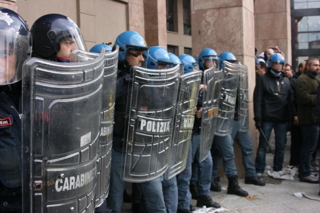 E' già tensione a Milano, antifascisiti salgono su monumento in piazza Cairoli
