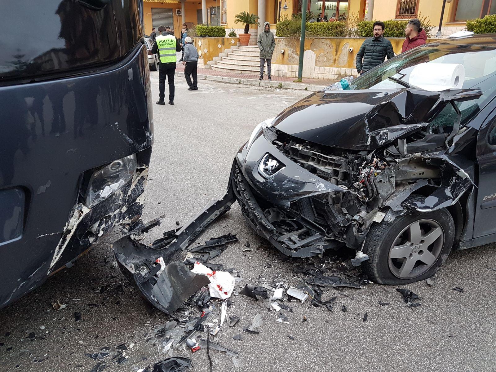 Favara: auto contro bus in sosta. Quattro i feriti