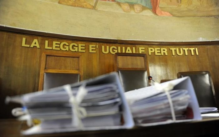 Ex direttore delle Poste accusato di truffa, in aula i racconti delle vittime