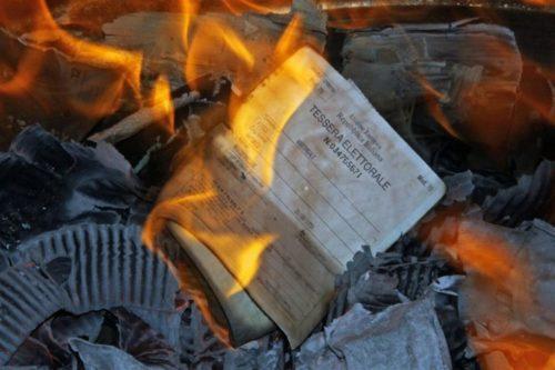 Bruciano le schede elettorali, plateale protesta degli abitanti delle case popolari di Ribera