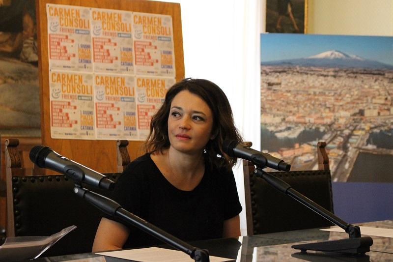 Carmen Consoli e le prove nel suo salone con la parmigiana della mamma