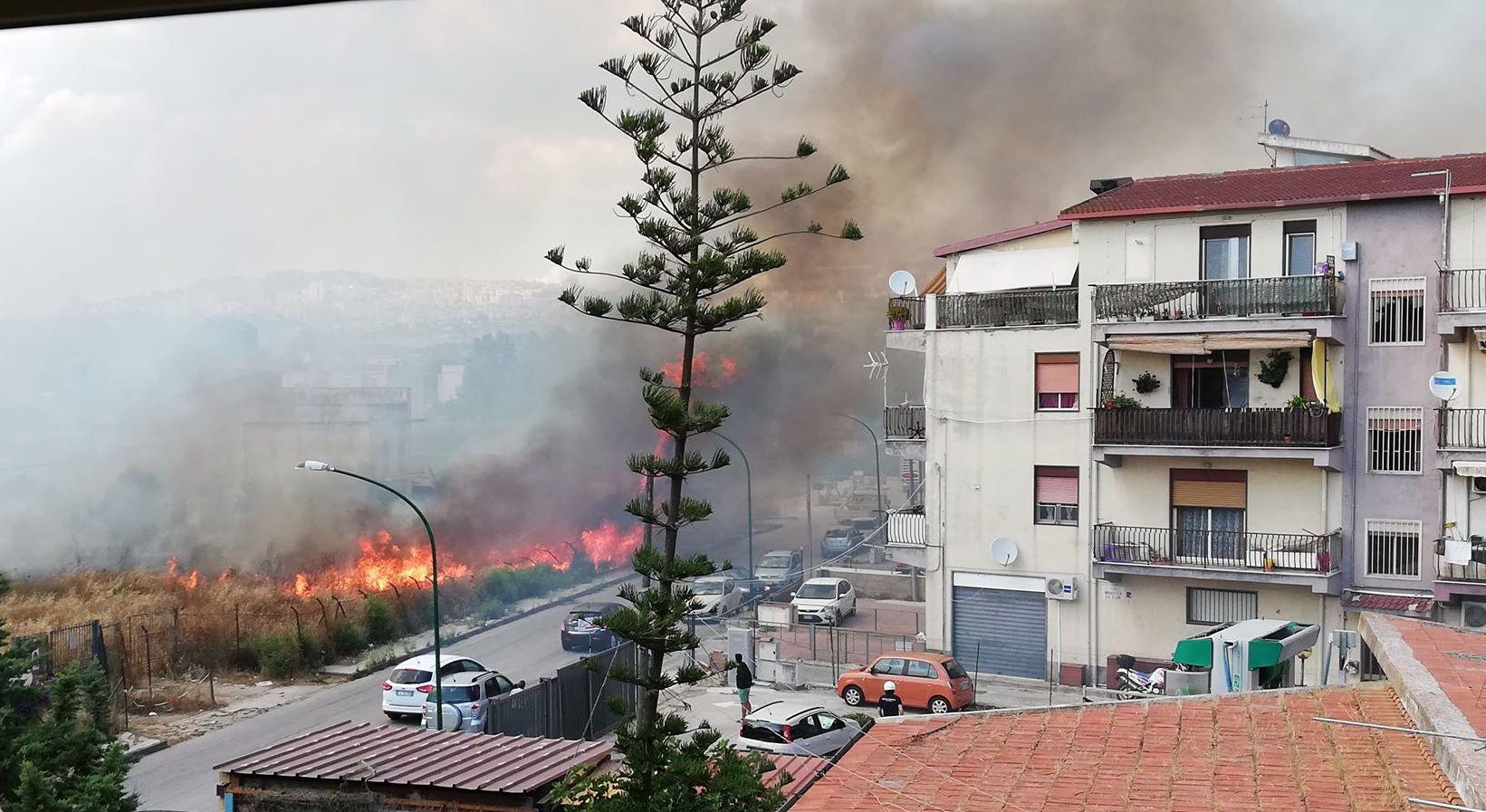 Incendio a San Leone, paura tra gli abitanti