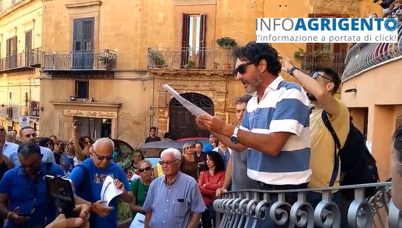 Differenziata: cittadini in piazza davanti il municipio