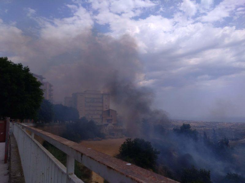 Incendi: rogo in via Dante, fiamme vicine ai palazzi