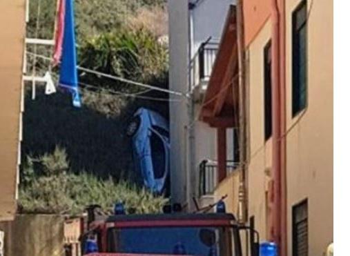 Auto giù dal dirupo a Marina di Palma: tanta paura, ma nessun ferito