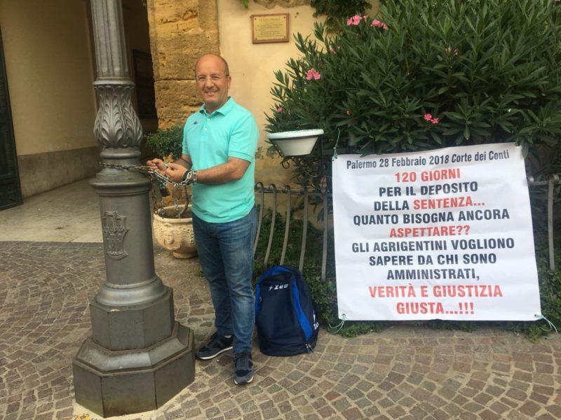 """""""Gli agrigentini vogliono sapere"""": Di Rosa si incatena davanti il comune"""