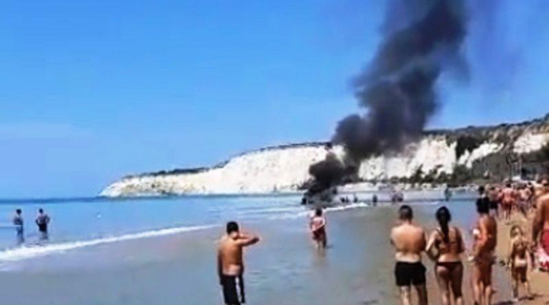 Gommone in fiamme vicino la spiaggia, molta paura ma nessun ferito