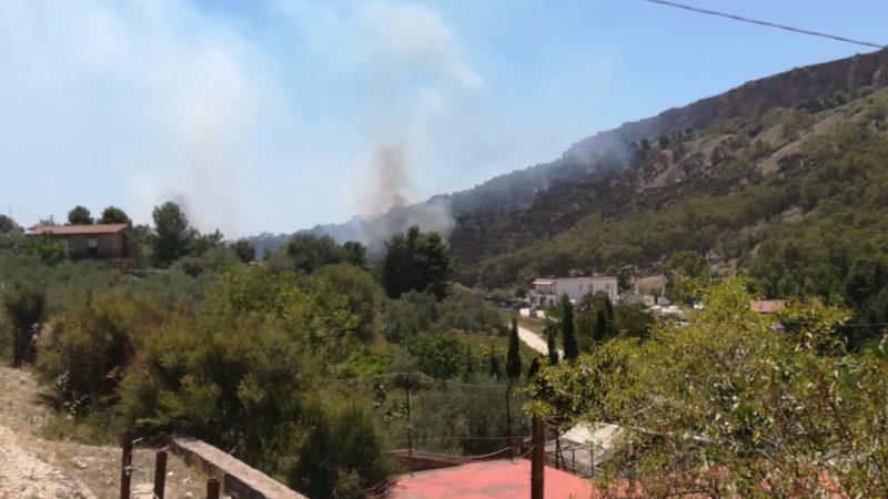 Incendio tra Rupe Atenea e SS 640: sfregio ambientale alle porte di Agrigento – FOTO e VIDEO