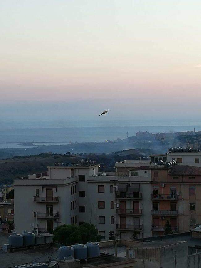 Nuovo incendio alle porte di Agrigento, canadair in azione