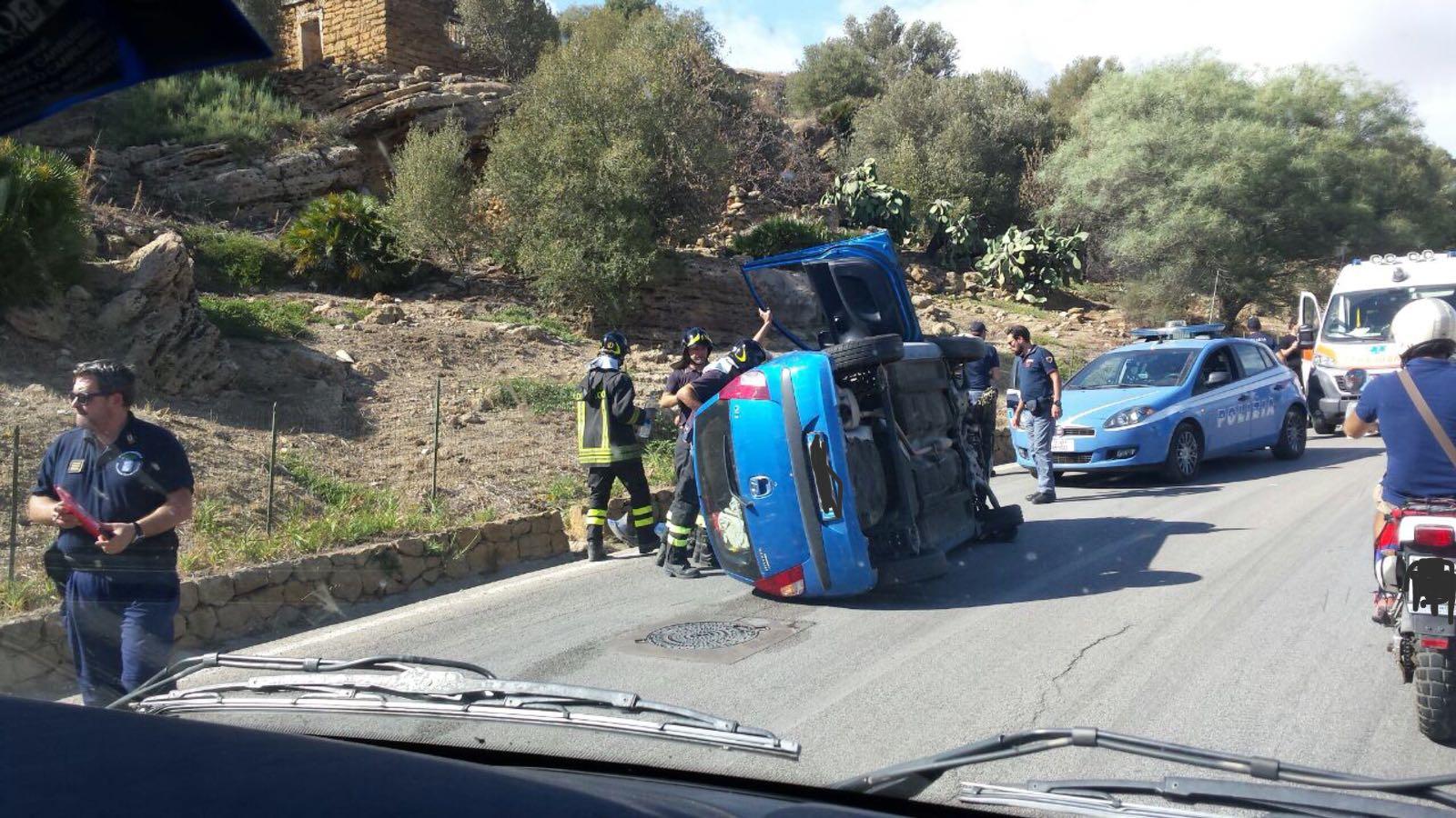 Incidente lungo la Panoramica, auto capottata