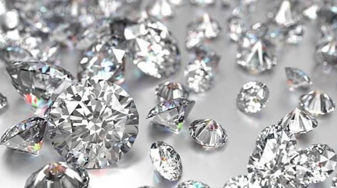 Spacciava pietre per diamanti: truffa per 3.500 Euro