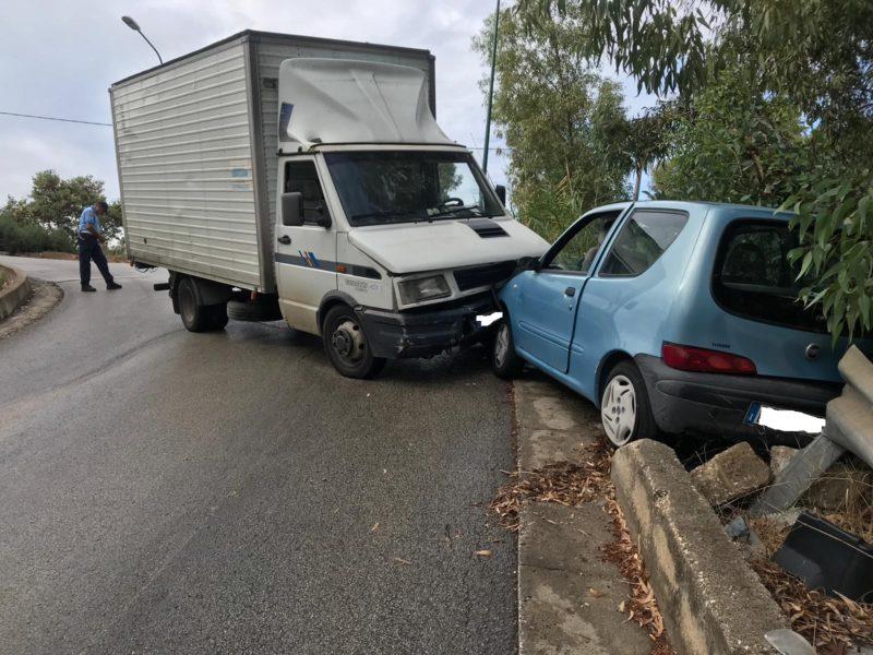 Camion contro auto al parco Icori: intervento della Polizia Locale