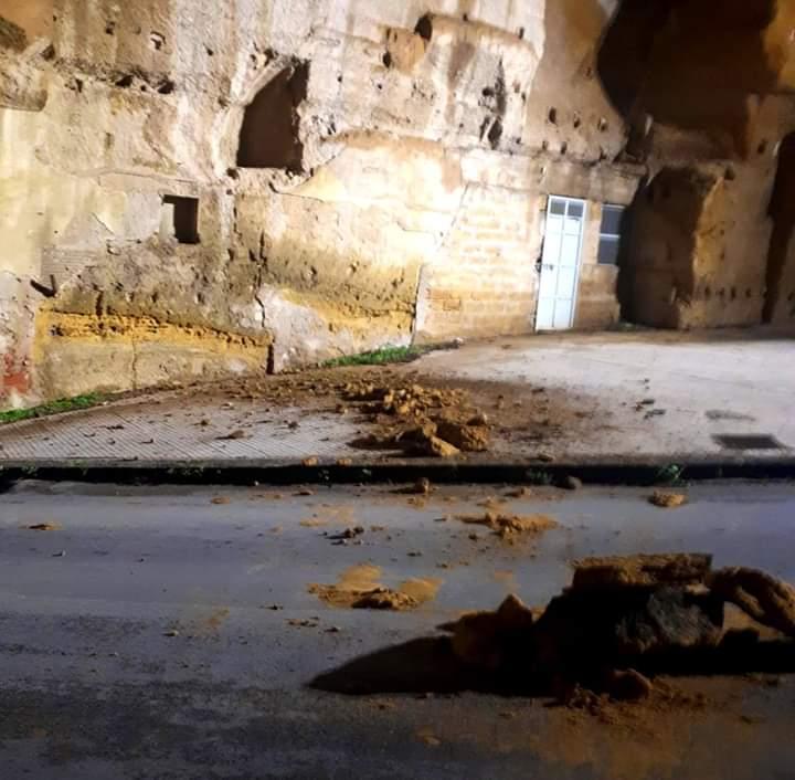 Cadono alcuni massi in via Garibaldi, paura nel centro storico