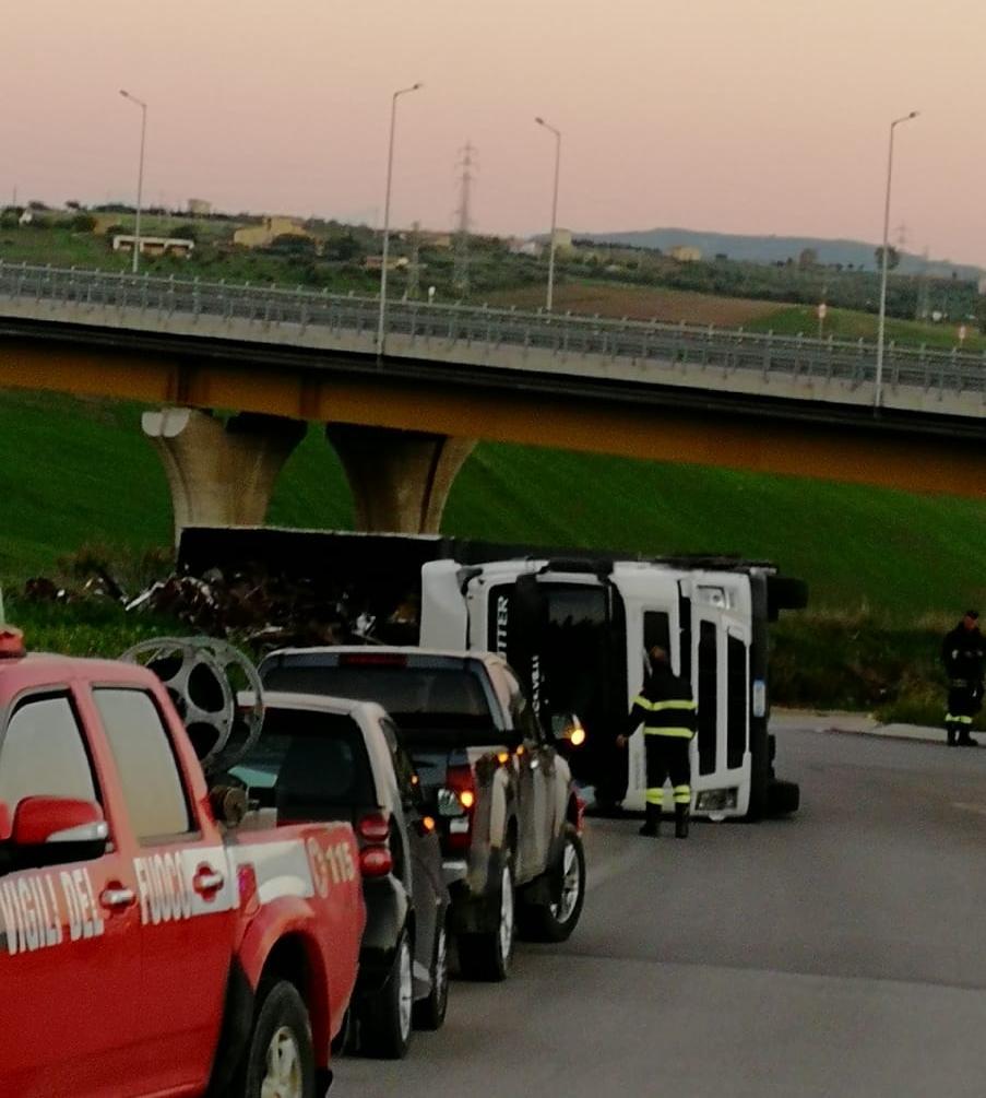 Incidente nei pressi della SS 640: camion si ribalta, un ferito
