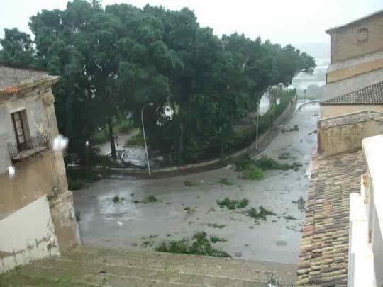 A Palma di Montechiaro il forte vento spazza via anche tetti ed alberi