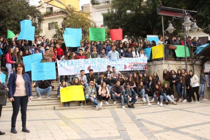 """A Bivona studenti in piazza per le condizioni delle strade: """"Non possiamo andare a scuola"""""""