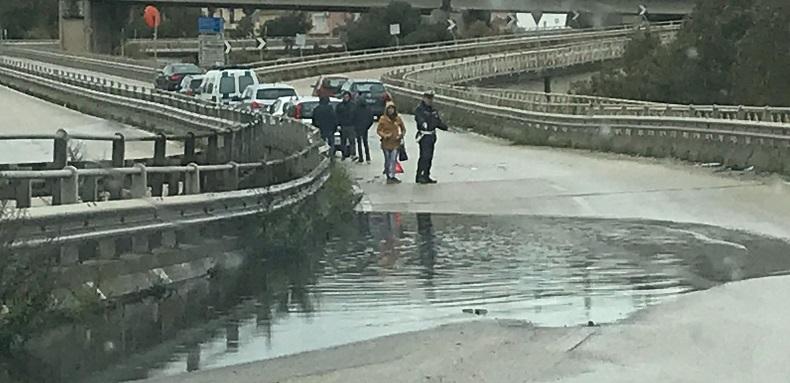 """Pozzanghera """"tradisce"""" automobilista sul viadotto, incidente vicino piazzale Rosselli"""