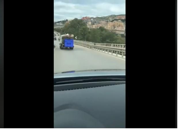 """""""Un camion dei rifiuti perde la spazzatura per strada"""": il video di MareAmico"""