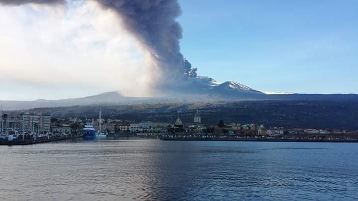 Etna tra spettacolo e paura: eruzione alla vigilia di Natale, più di 130 scosse registrate