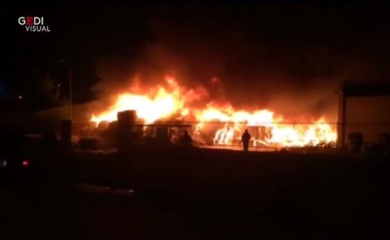 Vasto incendio nella zona industriale, fiamme visibili anche lungo la SS 189