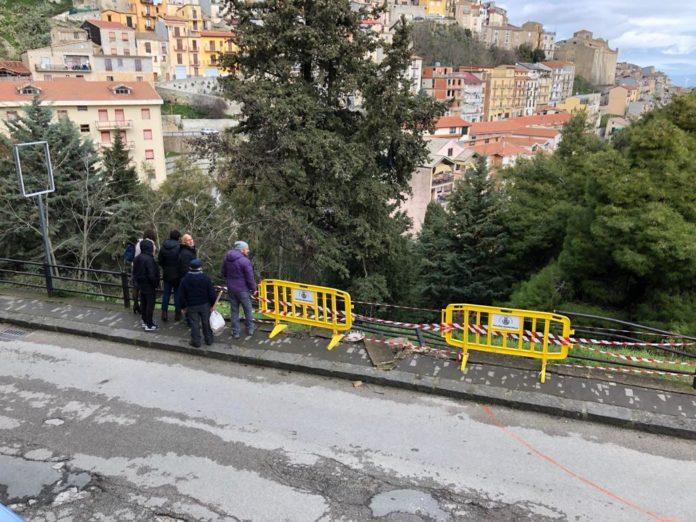 Auto sbatte sulla ringhiera e cade giù in un dirupo: paura per 5 ragazzi a San Giovanni Gemini