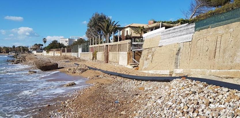 San Leone: condotta fognaria in balia delle onde nei pressi di una spiaggia