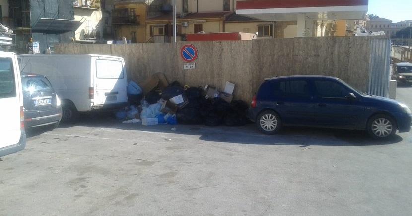Piazza Ravanusella torna ad essere una discarica