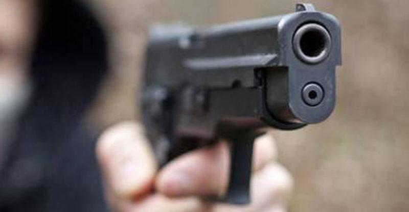 Colpi di pistola contro un portone, probabile intimidazione