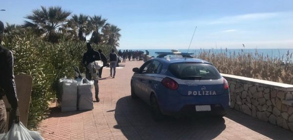 Discussione tra giovani in pieno centro, interviene la Polizia