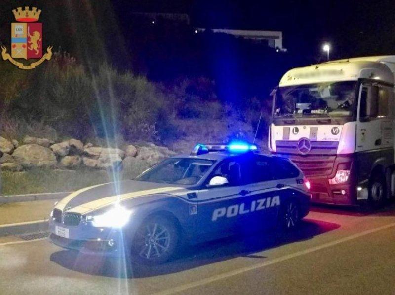 Fugge dalla Polizia dopo aver rubato un camion, ferito un ladro