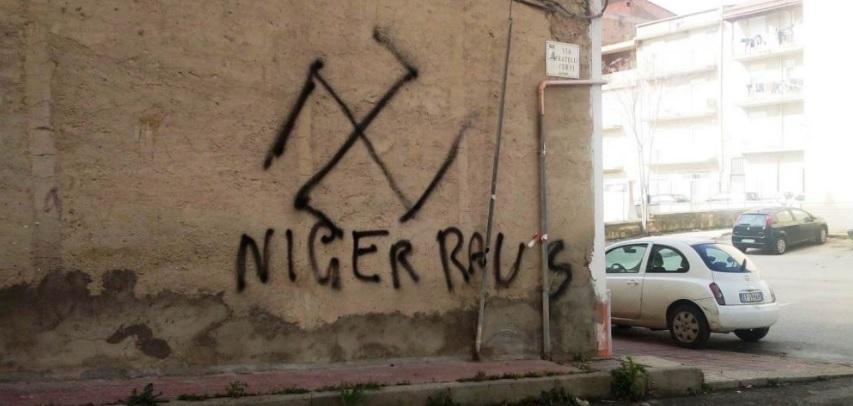 Un video incastra il presunto autore delle scritte razziste a Favara