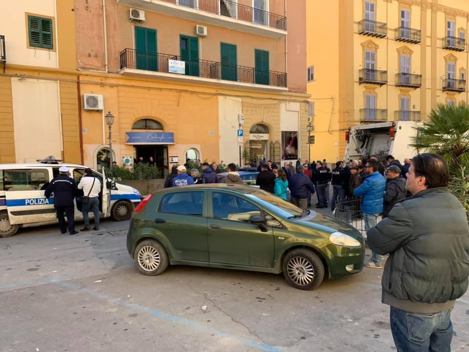 Cresce la tensione a Porto Empedocle: spintoni a due assessori, raccolta rifiuti ancora ferma