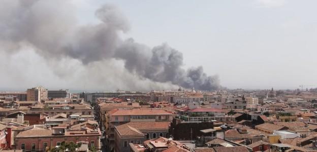 Sicilia avvolta dalle fiamme: gravi incendi a Catania e nel trapanese